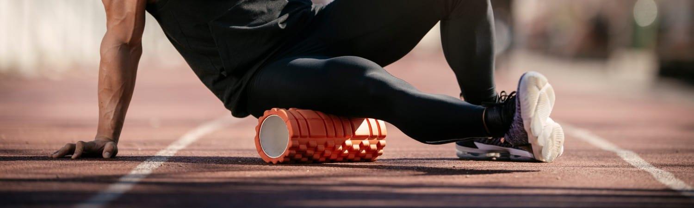 Sportler mit Schaumrolle als Symbol für Reha-Sport